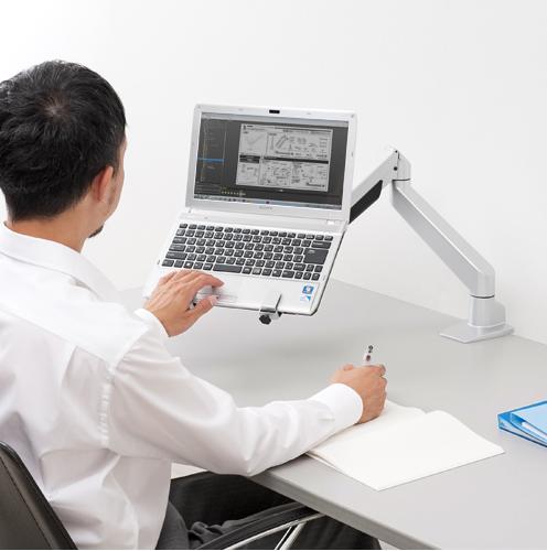 モニターアームにノートパソコンを設置したイメージ画像